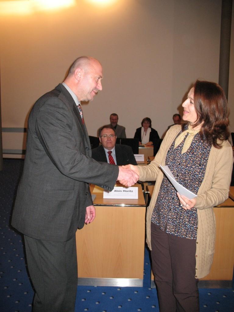 Integrationspreisverleihung des Rhein-Kreises Neuss 2011 Rainer Thiel überreicht Puzzle-Mitglied Rukiye Baser die Anerkennungsurkunde am 30.11.2011 in Grevenbroich.
